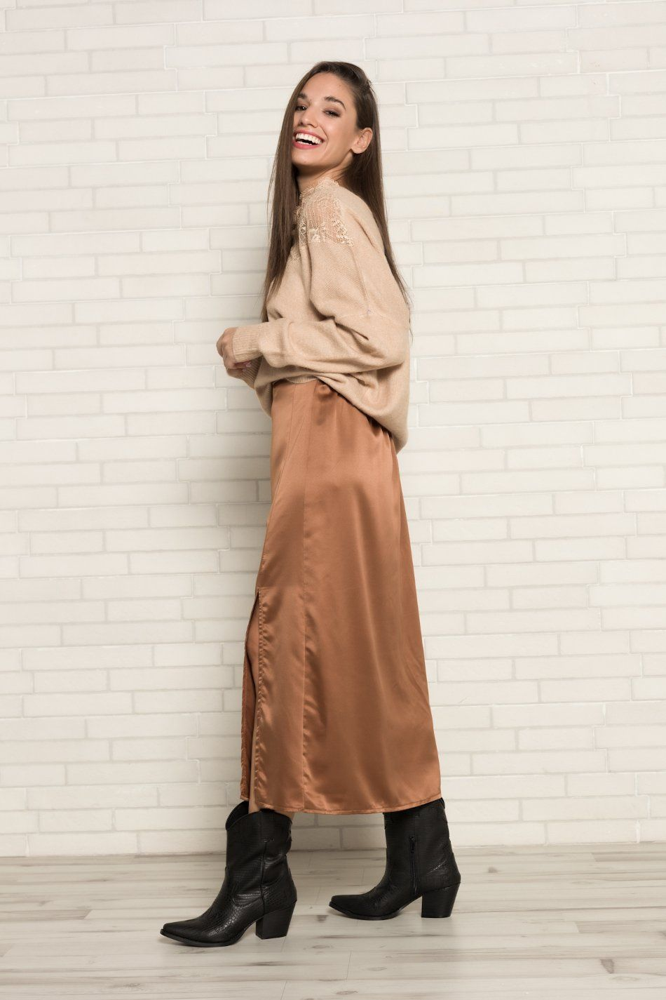 Falda satinada abertura camel